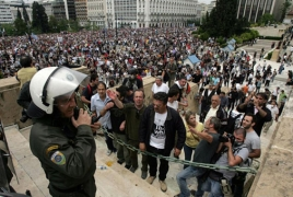 Greek reporters go on strike to criticism compensate cuts
